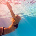 水泳で胸が大きくなるってホント!?